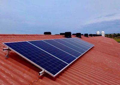 Instalación solar fotovoltaica aislada de red para explotación porcina de cebo, Caspe (Zaragoza)